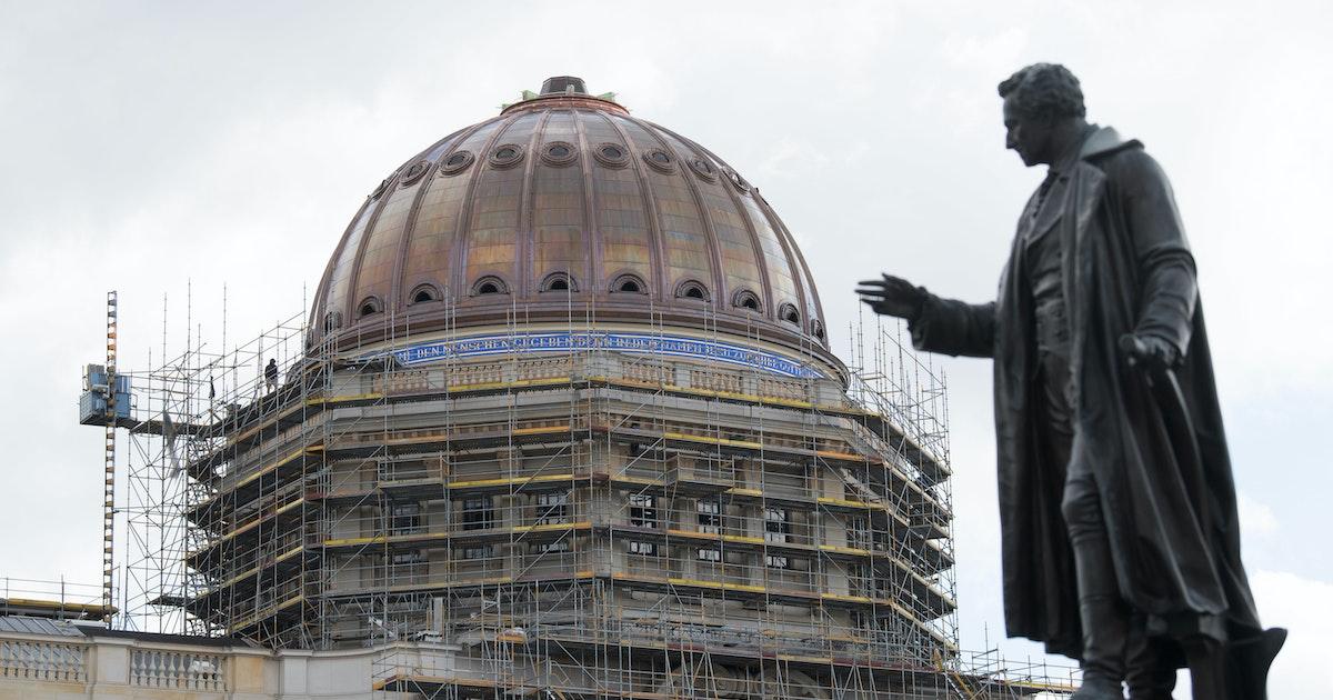 Schlosskuppel-Inschrift fordert Kniebeuge vor Jesus