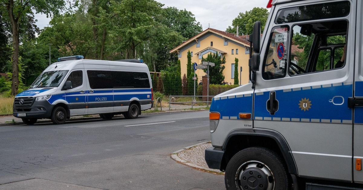 Mitten in Berlin: Mann – 3,57 Promille, 120 Einträge bei der Polizei – überfällt und missbraucht Frau mit Kinderwagen