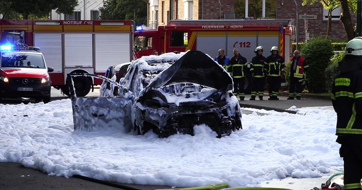 auto-explodiert-in-k-ln-h-rth-55-j-hriger-schwer-verletzt-helfer-rettet-brandopfer-mit-feuerl-scher