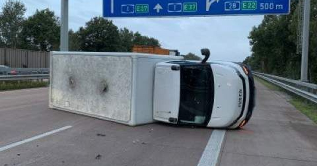 Bange Sekunden, langer Stau: Transporter kippt auf A1 bei Delmenhorst um!