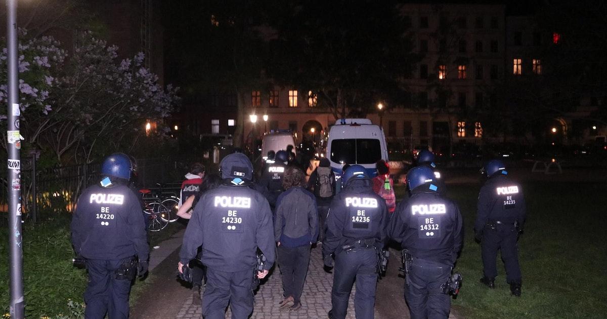 Polizei Berlin setzt Ausgangssperre durch: Verletzte und Festnahmen